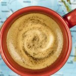 Il caffè all'estero: con il tuorlo o all'aglio, ecco 8 modi di berlo nel mondo