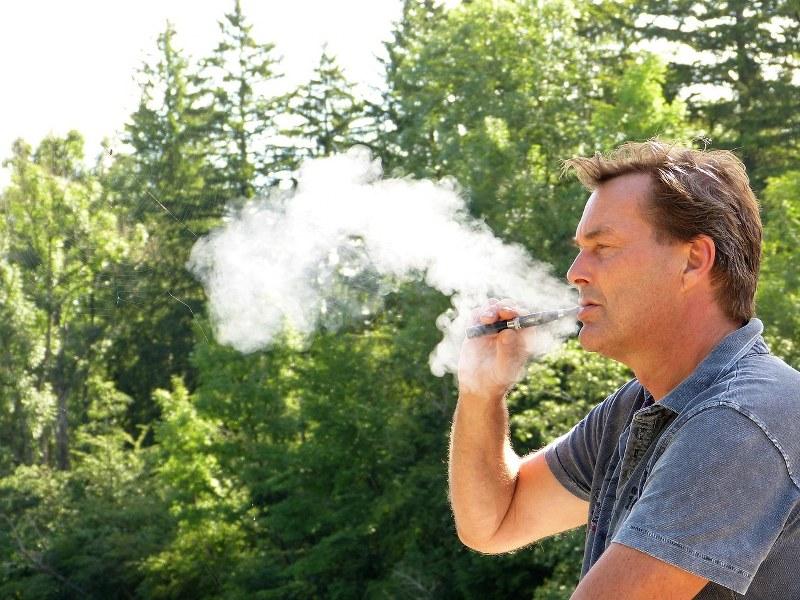 uomo che fuma 3_800x600