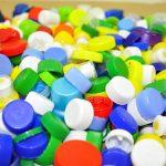 Raccogliere tappi in plastica per un doppio aiuto concreto
